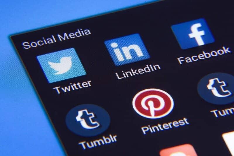 telefono inteligente con redes sociales para buscar trabajo