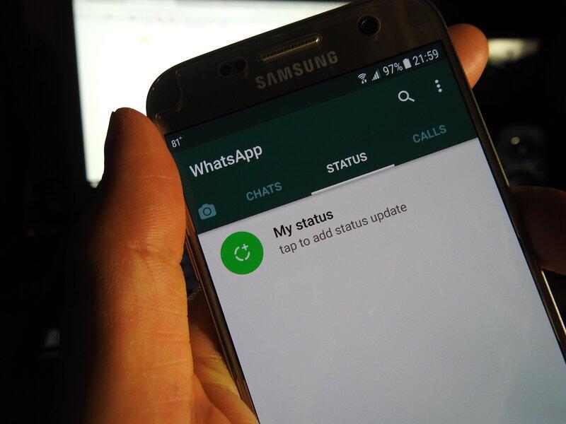 persona utilizando aplicacion movil de whatsapp