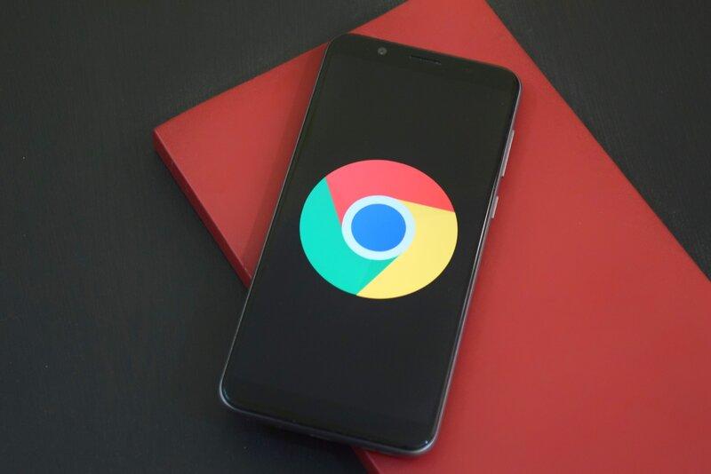 telefono android con la aplicacion de google chrome