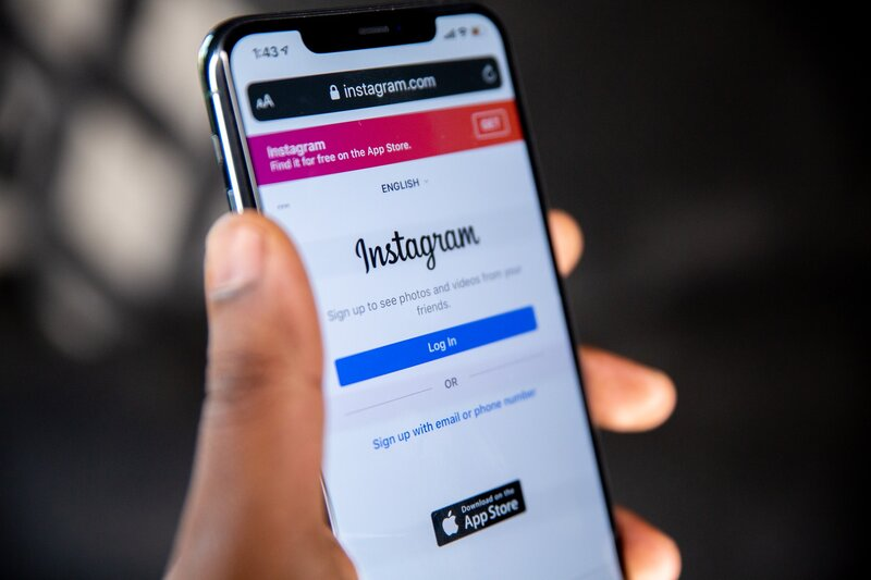 movil android con aplicacion de instagram en inicio