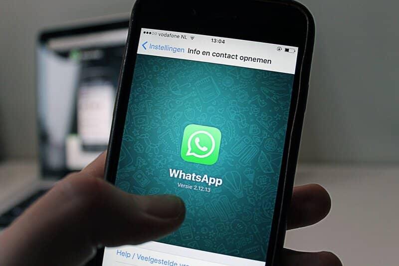 persona entrando en whatsapp para actualizar contactos