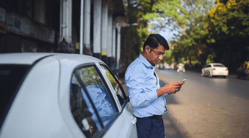 persona esperando uber