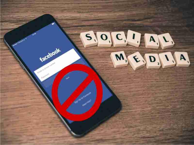dispositivo movil con app facebook bloqueada