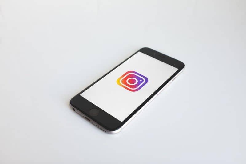 celular instagram color pantone nombre