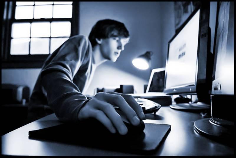 hombre usa computadora