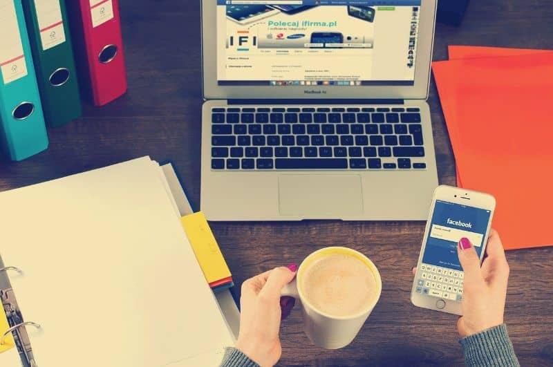 escritorio laptop buscar publicaciones facebook