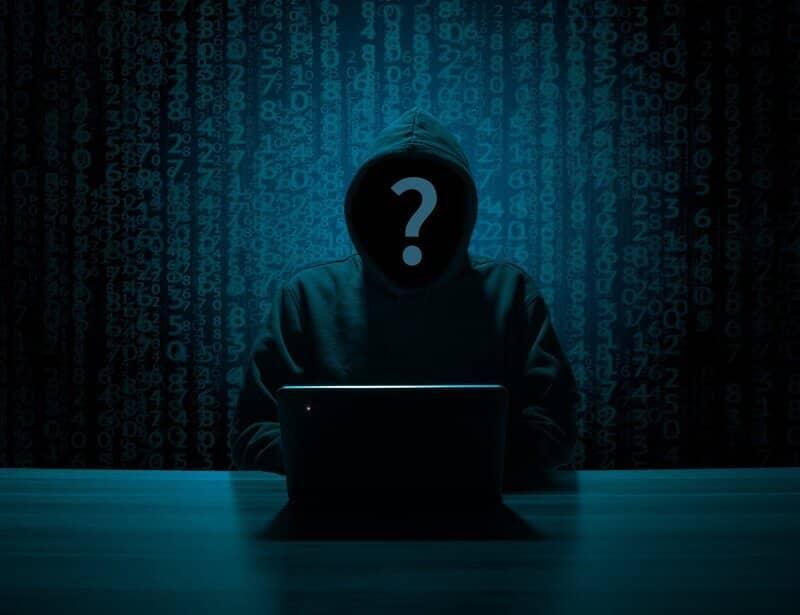 hacker anonimo realizando ataque informatico