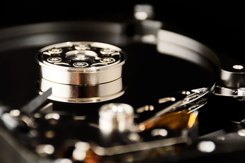 engranajes de un disco duro interno