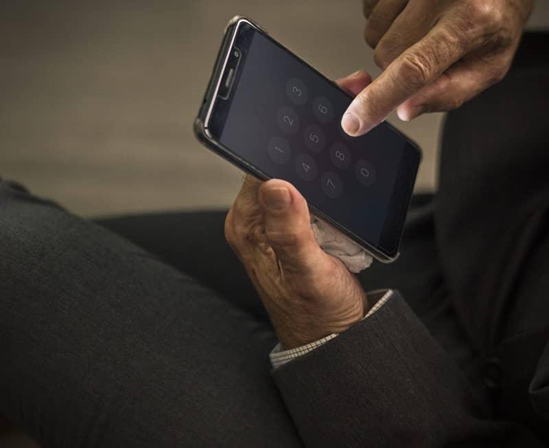 hombre realizando una llamada
