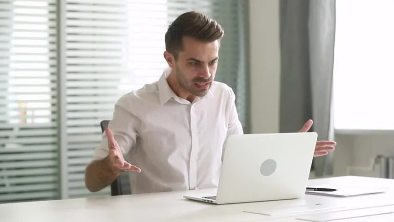 the man annoyed by a computer because it does not recognize an internal command