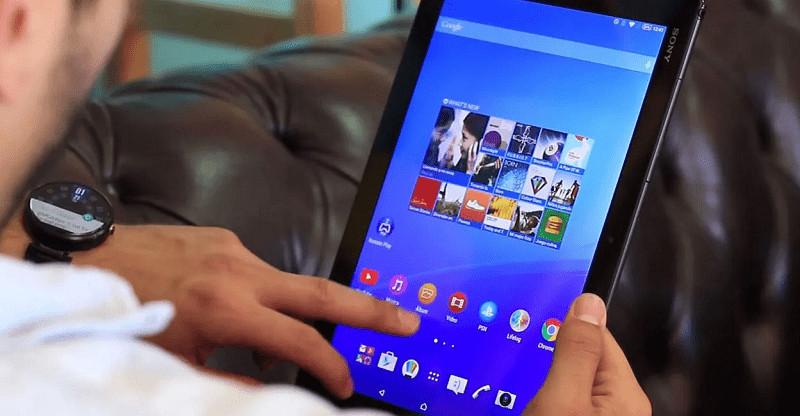 hombre utilizando la tablet