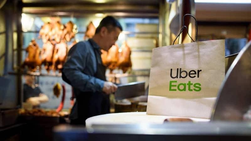 hombre trabajando en un restaurant afiliado a uber eats