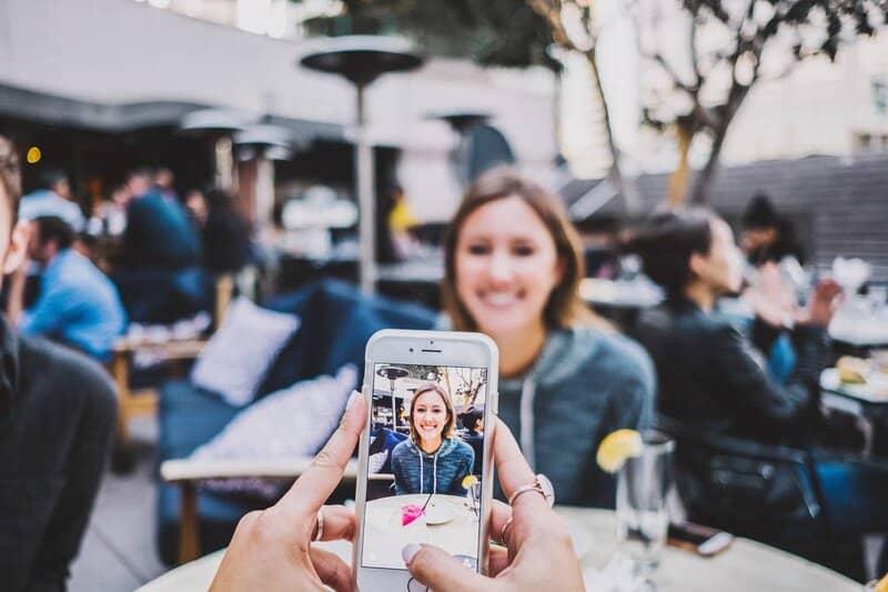 mujer utilizando la camara de un iphone