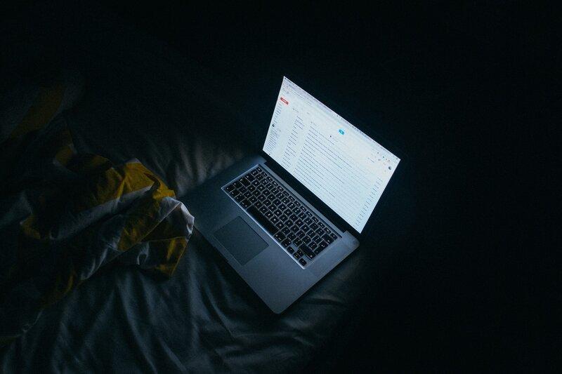 servicio de correo electronico gmail abierto en laptop