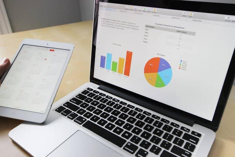 laptop con graficos de excel abiertos