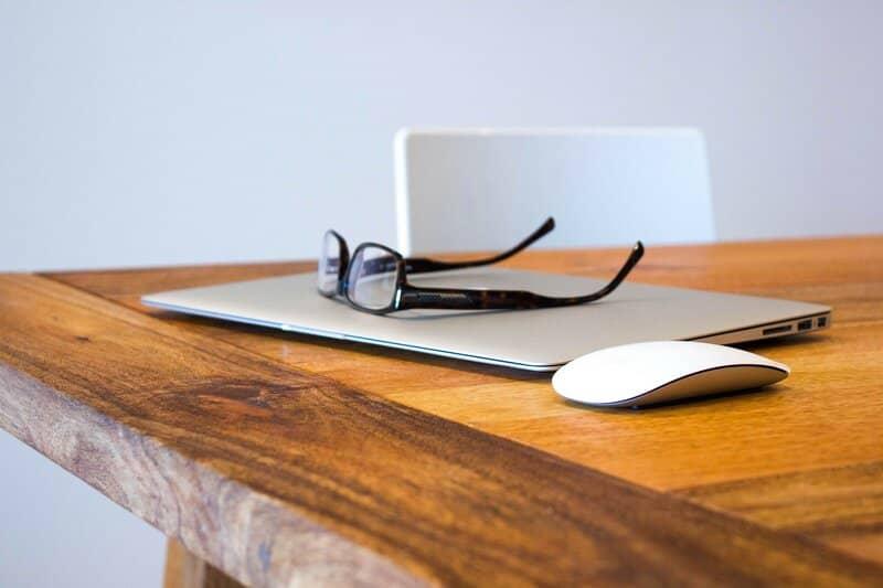 laptop cerrada con lentes encima