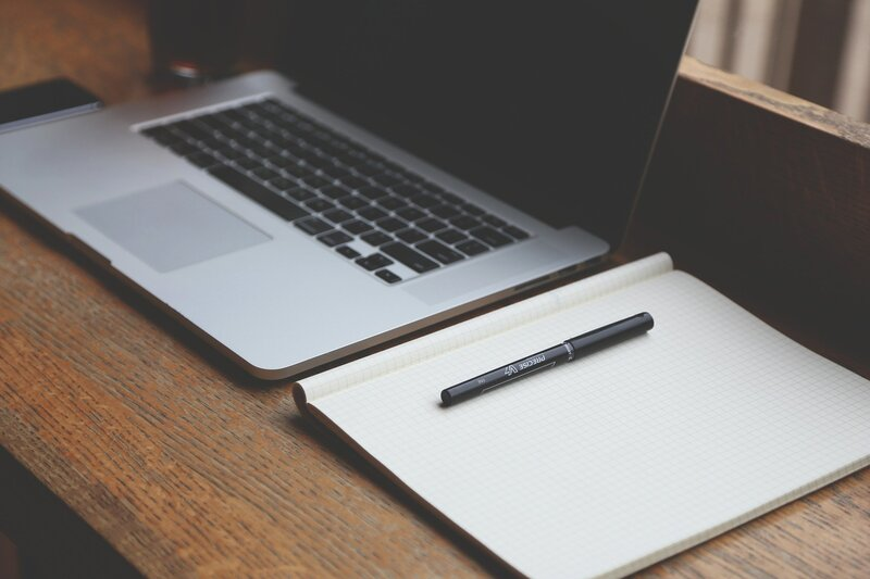 laptop trabajo con libreta para apuntes