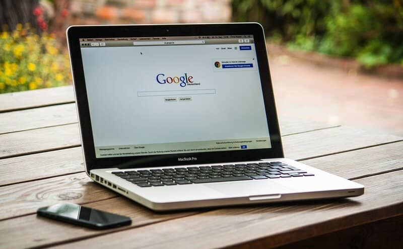 macbook pro con pagina de inicio de google
