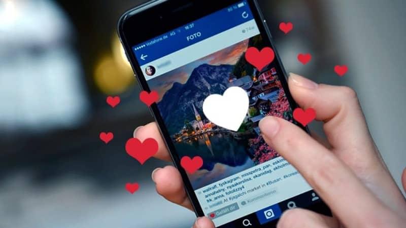 persona dando like a una foto en instagram