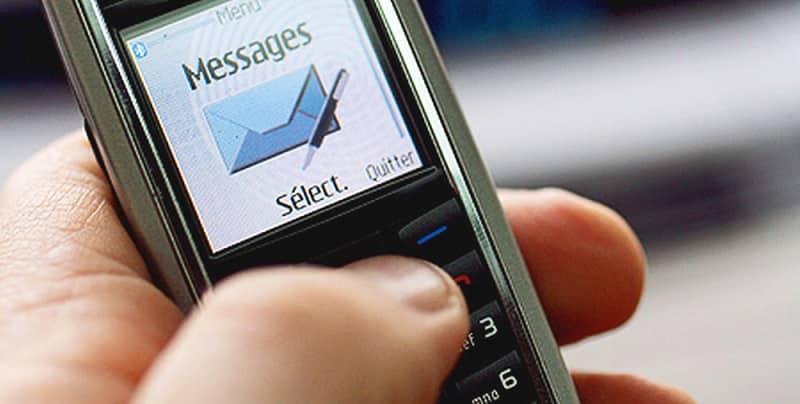 persona enviando un mensaje desde el movil