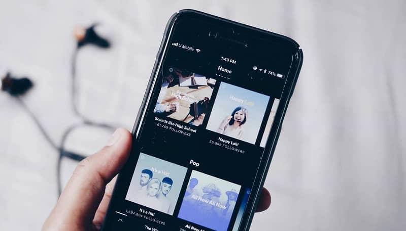 persona escuchando musica desde spotify