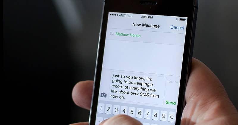 persona enviando un mensaje de texto
