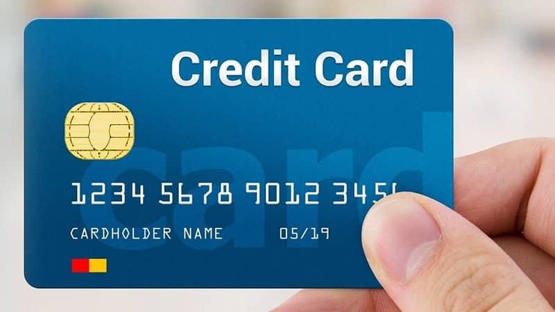 persona con tarjeta de credito en mano