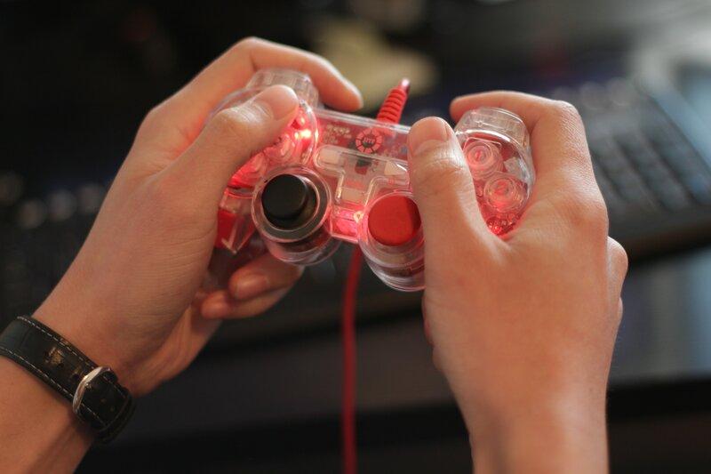 persona jugando con joystick calibrado para pc