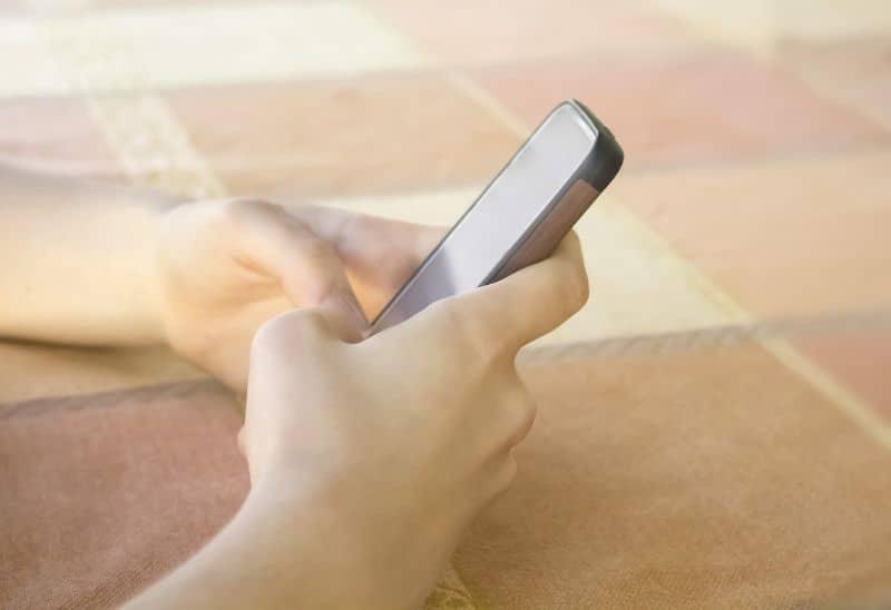 manos movil configurar cuenta whatsapp