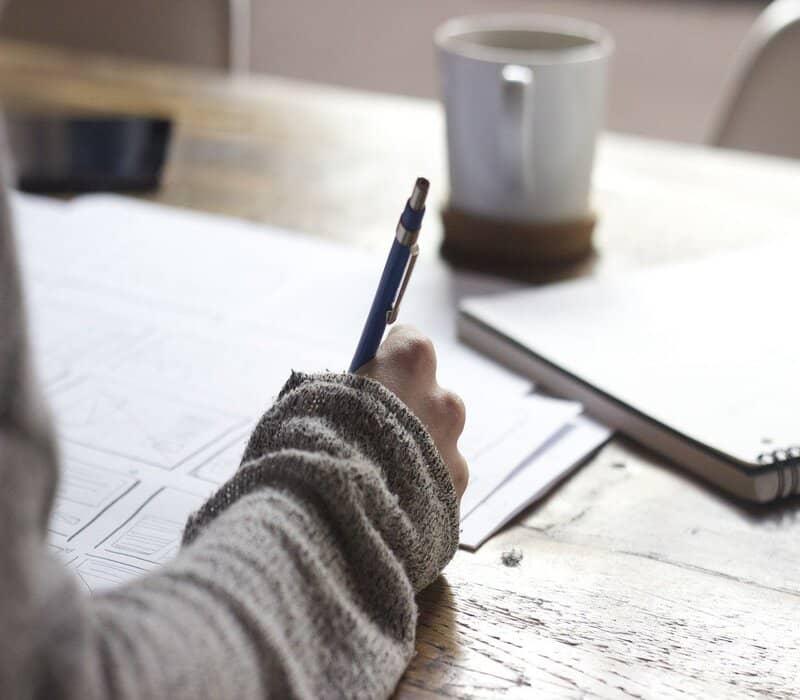persona escribiendo en documento con membrete