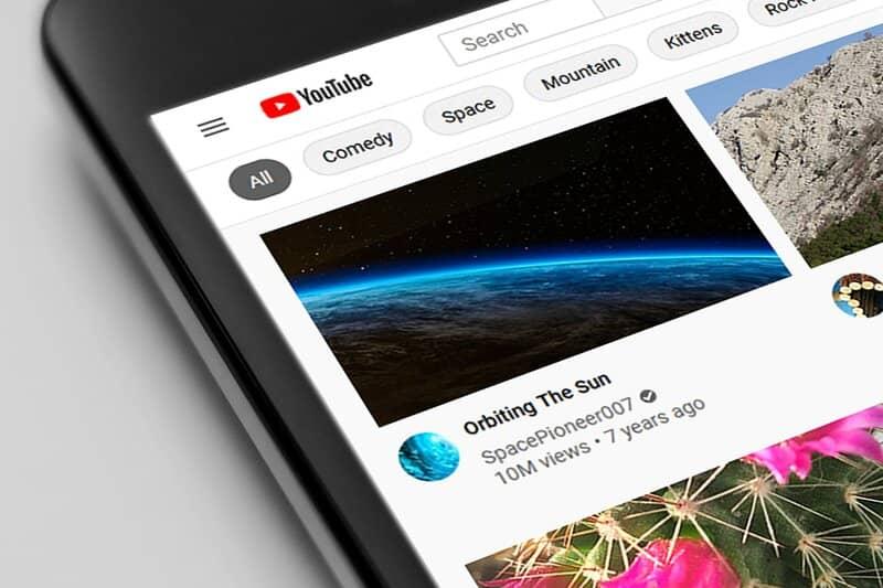 telefono inteligente con aplicacion de youtube en inicio