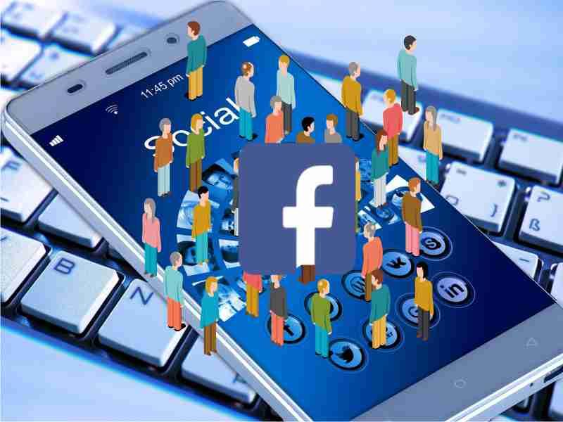 grupo de personas en celular con facebook