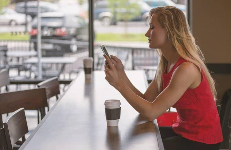 mujer en publico usando el navegador de google chrome