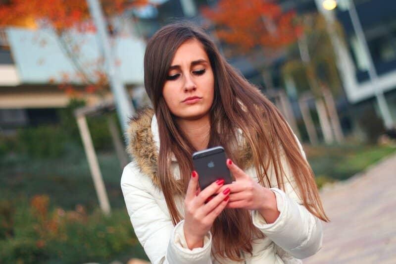 mujer recuperando contraseña de instagram via iphone