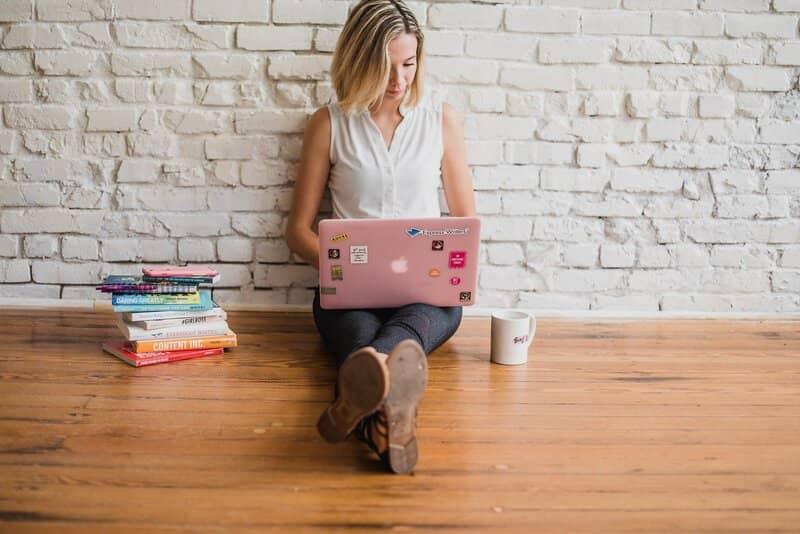 mujer creando un formulario de word en laptop