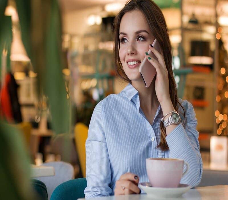 mujer en llamada con numero conocido tomando cafe