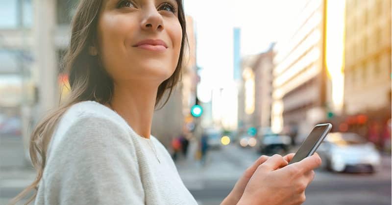 mujer manipulando movil app didi