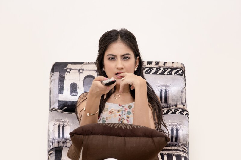 mujer utilizando servicio de disney plus via tv