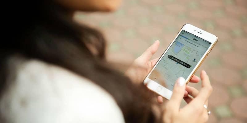 mujer usando uber en el movil