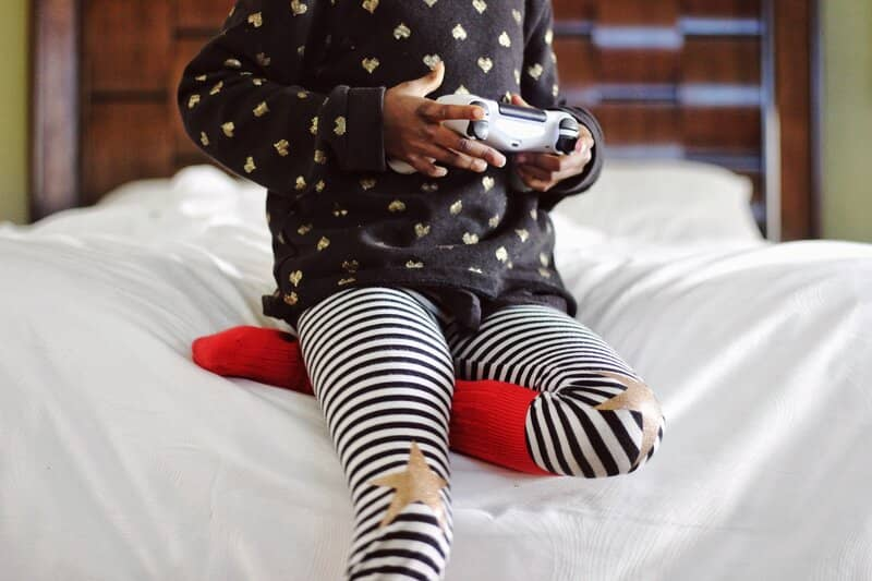 nino jugando con mando calibrado en pc con bluetooth