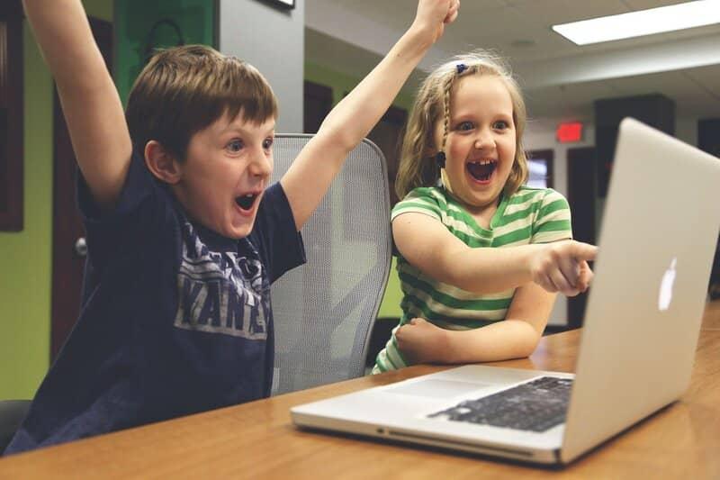chicos disfrutando de las ventajas que ofrece el modo multijugador de minecraft