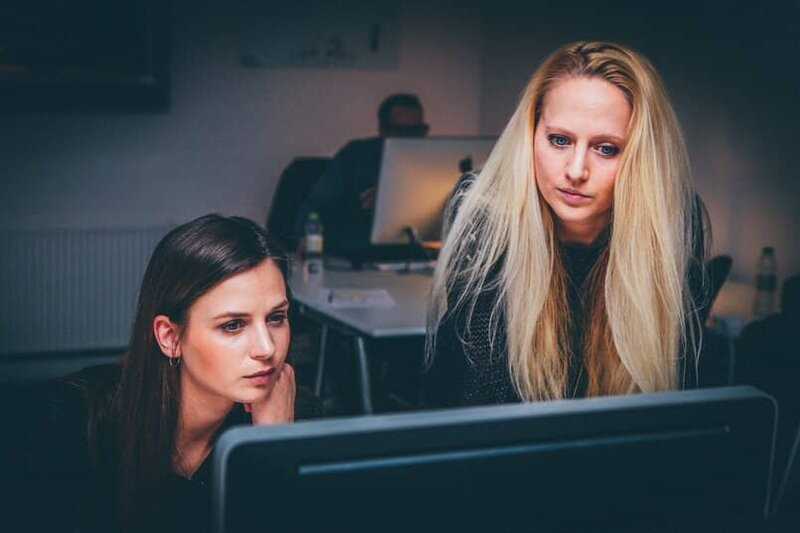 mujeres trabajando en computador con excel