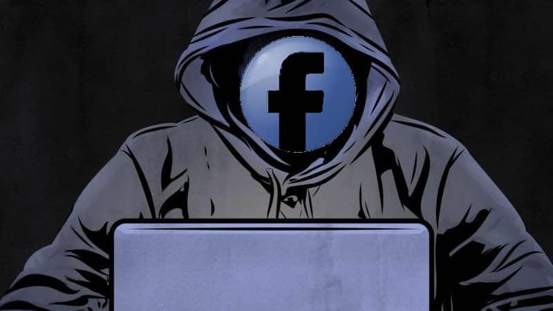 persona viendo el facebook en una laptop