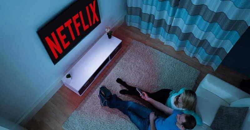 pareja viendo netflix en la tv