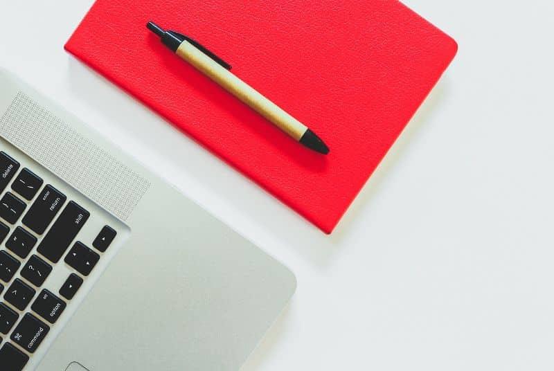 crear trabajo word pluma laptop