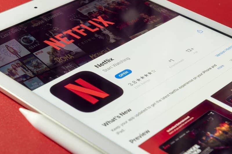 tablet con la aplicacion de netflix lista para descargar