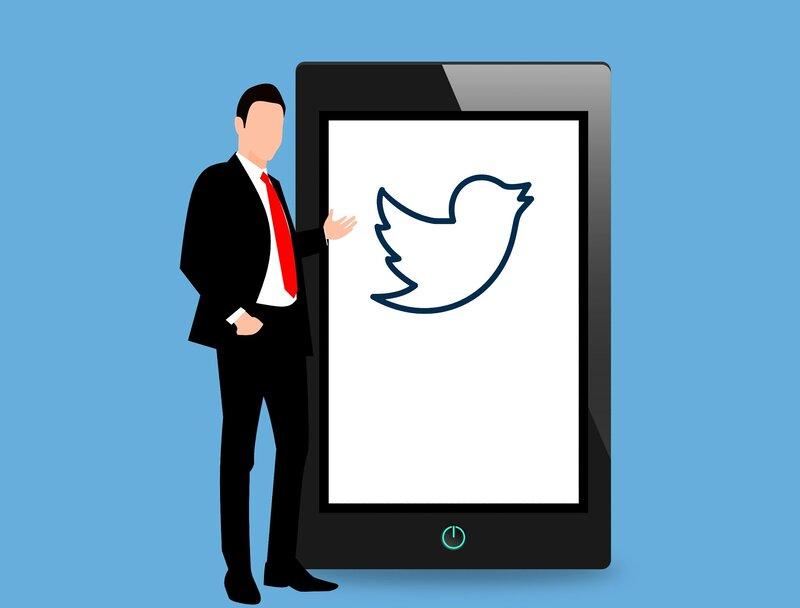 persona con tablet iniciando twitter