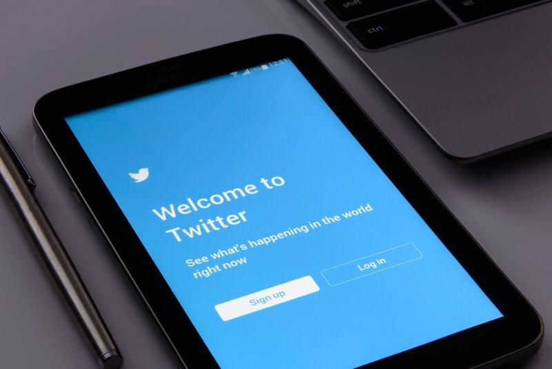 tablet con aplicacion de twitter en inicio