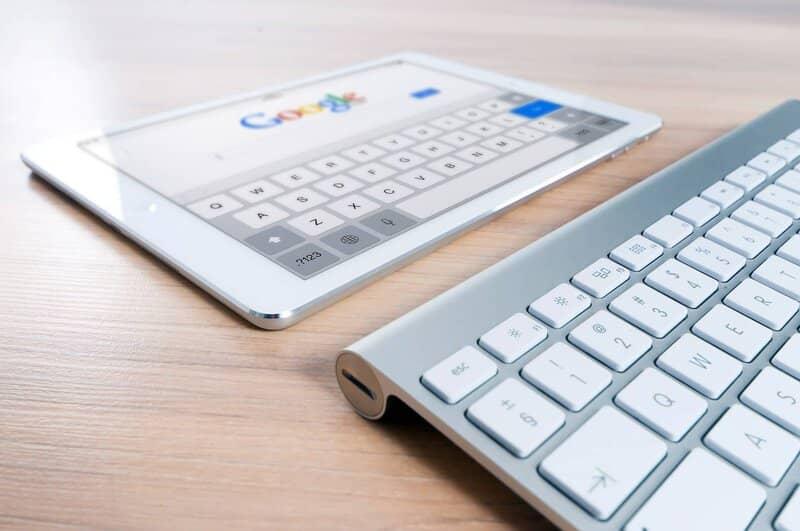 tablet con teclado en la pagina de inicio de google