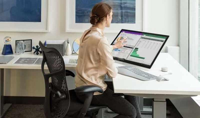 mujer trabajando computadora